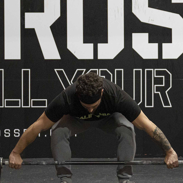 CrossFit se entrena con el objetivo de alcanzar un rendimiento óptimo para enfrentarse a cualquier desafío, mejorar tu salud y vivir mejor.