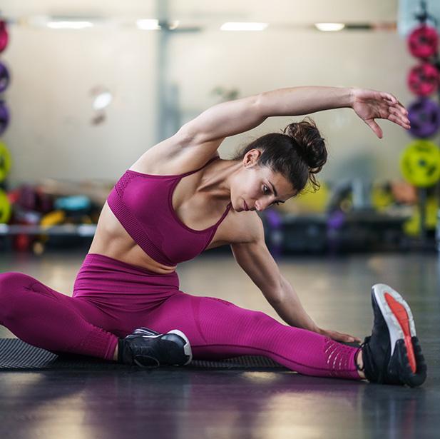Es recomendable para cualquier persona. Estirar los músculos te ayudará a evitar dolores, mejorar la flexibilidad y eliminar la rigidez.