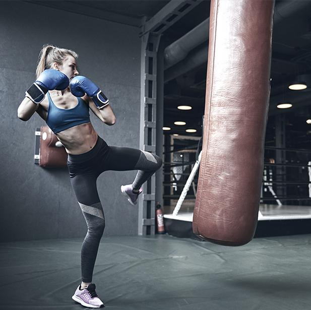 Fullboxing combina movimientos de distintas artes marciales mezclado con ejercicios de entrenamiento funcional mejorando nuestra resistencia, fuerza y quemando calorías de la forma más rápida y divertida.