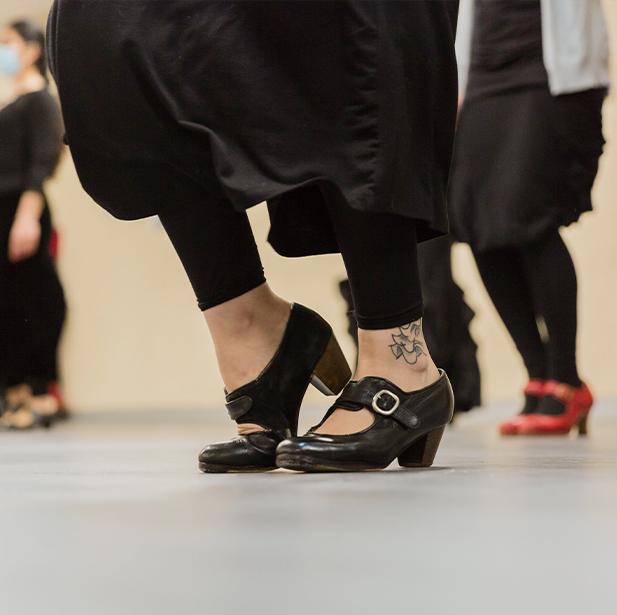 Para bailar flamenco necesitamos máxima concentración para recordar las secuencias de pasos, que siempre van ligadas a la estructura de cada palo y estos a la vez con nuestras emociones